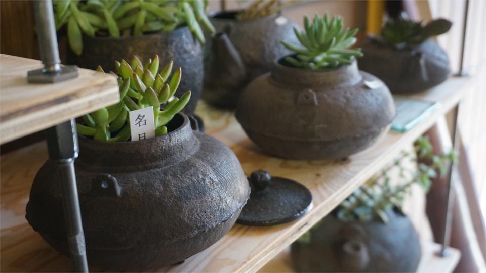 多肉植物と南部鉄瓶オブジェ