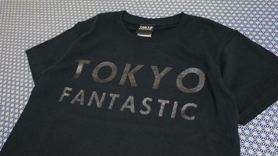 黒Tシャツに黒文字の「黒黒」