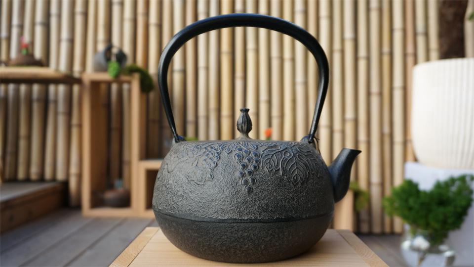 南部宝生堂(及富 OITOMI)南部鉄器 鉄瓶  姥口(うばぐち)ぶどう