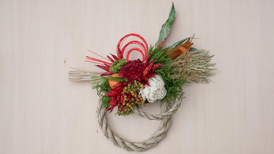 Tida Flowerのしめ縄リース 二重の輪で、稲穂もしだれるデザイン。