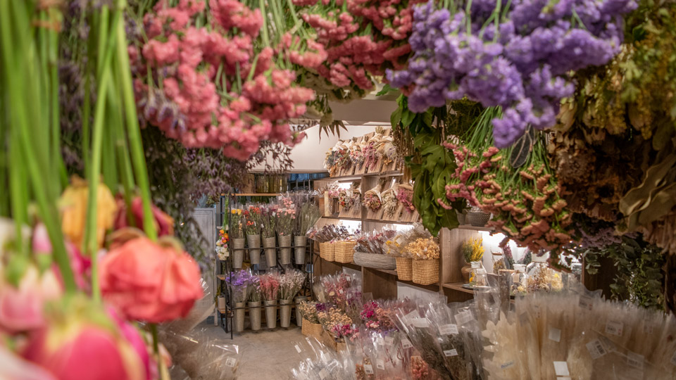 花材の85%ほどがナチュラルドライフラワー、15%程度、おもに白・オフホワイトなどのプリザーブドフラワーのお取り扱いがございます。