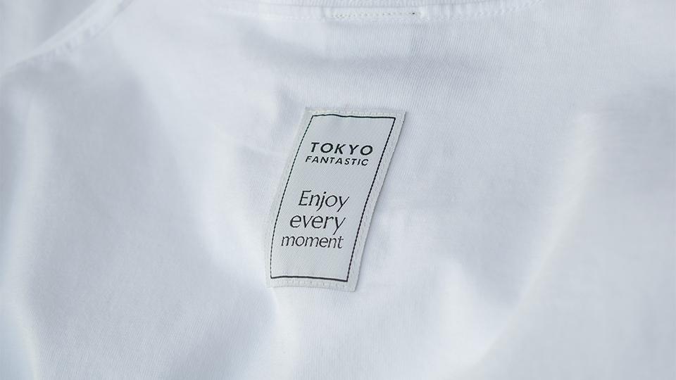 背面 TOKYO FANTASTIC + Enjoy every moment ブランドタグ