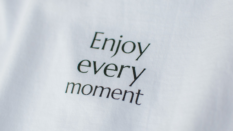 Tシャツ正面 Enjoy every moment ロゴ