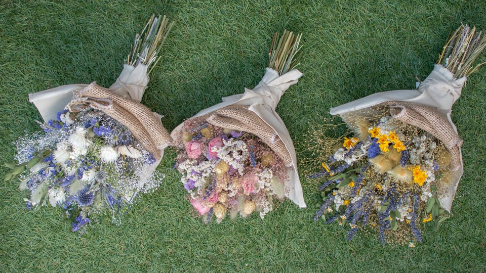 Tida Flowerのドライフラワースワッグ。吊るしても、寝かせてもかわいいドライフラワーの花束です。