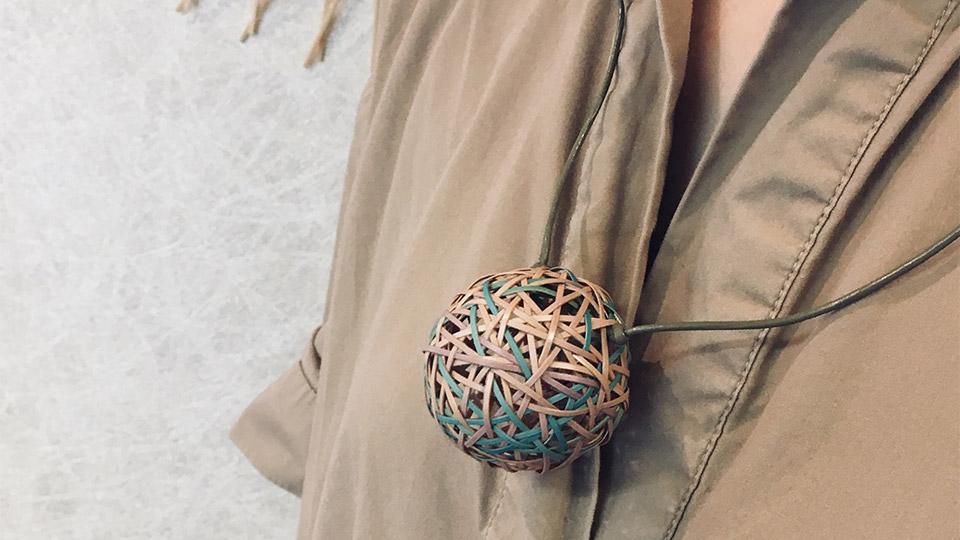 モロクロ bamboo product「花色竹玉ペンダント」