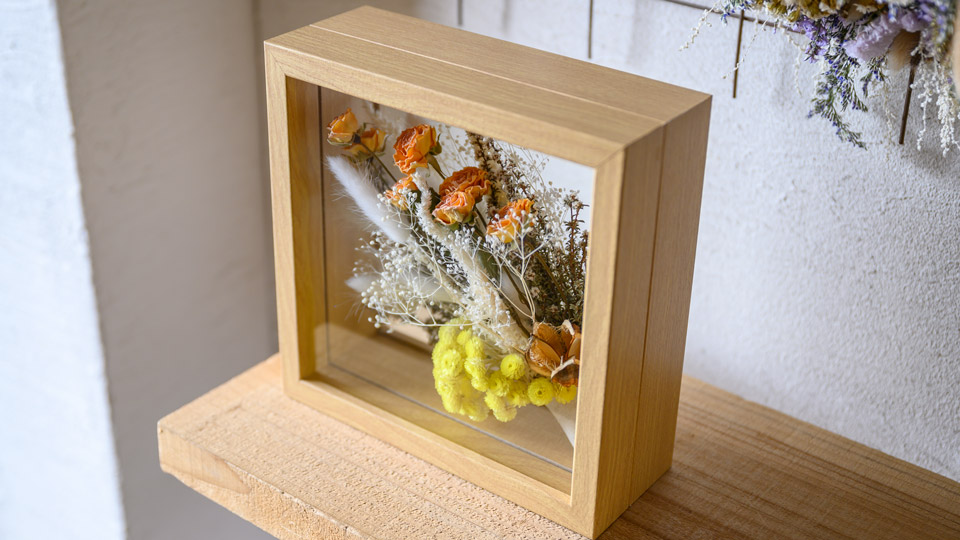 Tida Flowerのフレームフラワー。イエロー系っぽい正方形・厚めリッチ