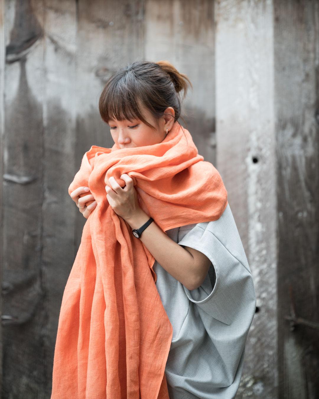 茜染めショール。1重織りなので薄くて軽く、豪快なボリュームも、巻くと綺麗にまとまります。
