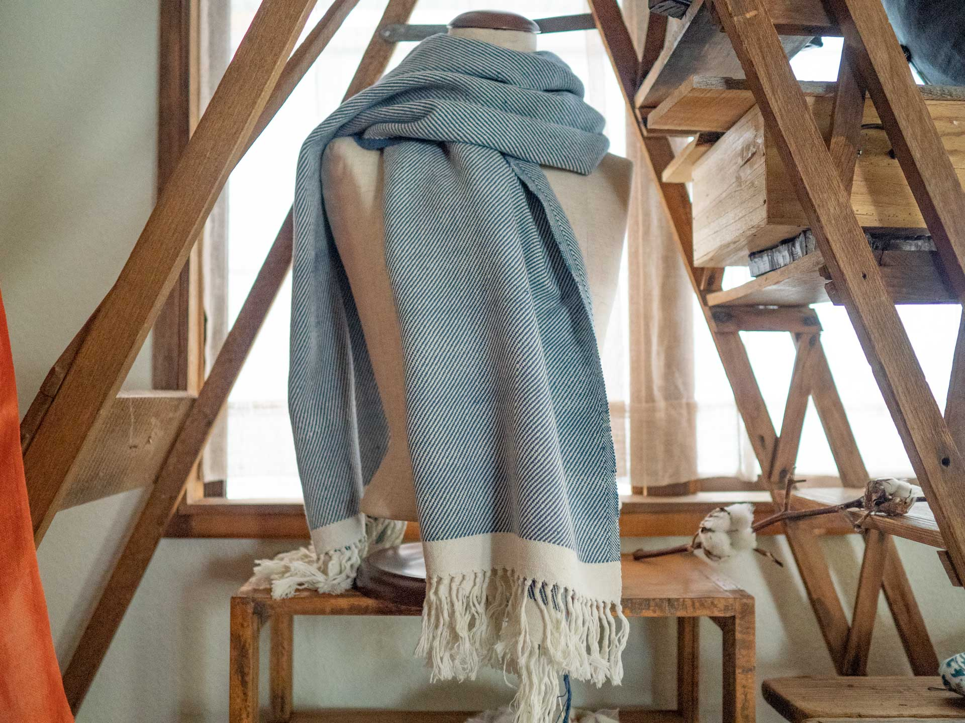 たいへん貴重な手紡ぎの糸を使用した、とてもやわらかい手織りのショール。